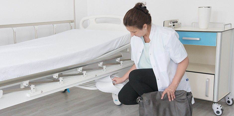 Łóżko szpitalne z półką na rzeczy